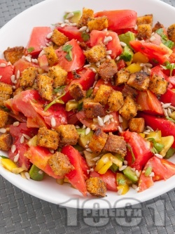 Салата с розови домати, авокадо, чушки и крутони - снимка на рецептата